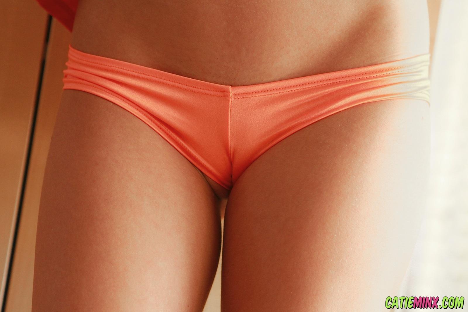 Фото блондинок в оранжевых трусиках 12 фотография